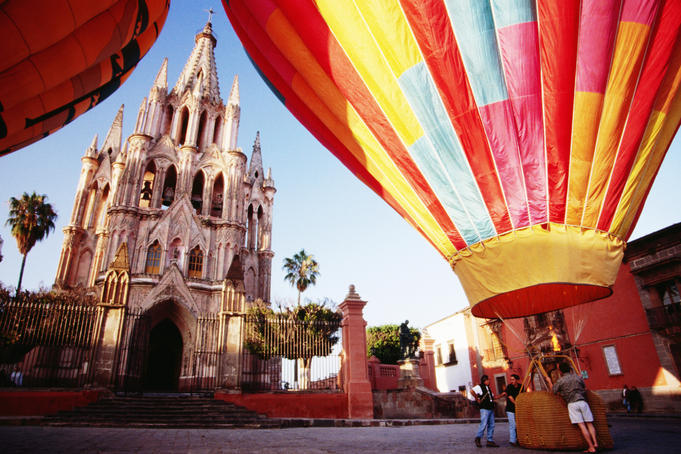 Hot-air balloons at Plaza Principal Parroquia (Parish Church), San Miguel de Allende