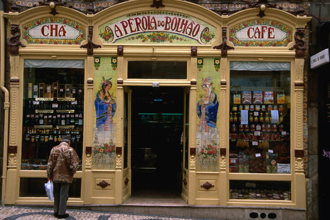 Classic shop front of a tea and coffee house on Rua Formosa.
