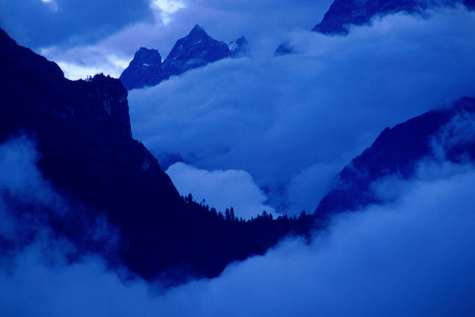 Clouds and peaks in the valley below the village of Temang (2600m) on the Annapurna Circuit trek.