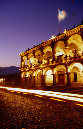 Palacio del Ayuntamiento at night.