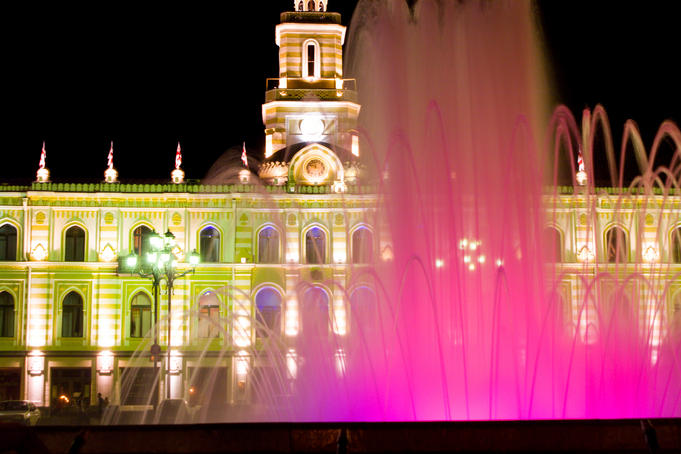 Fountain in front of Town Hall at night.