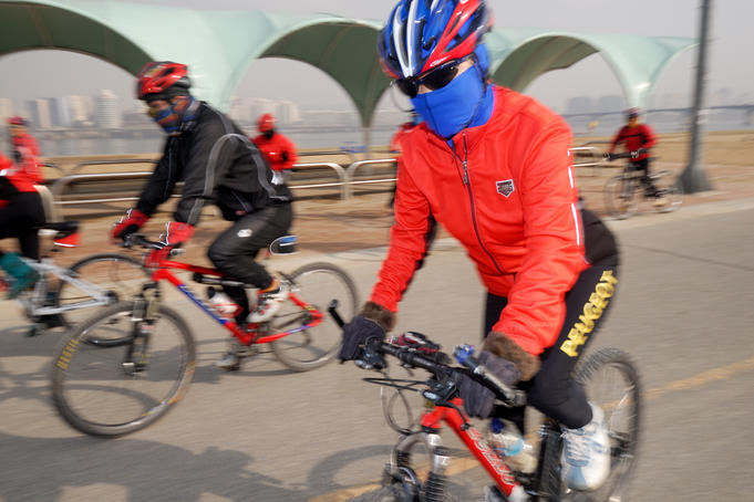 People cycling on Han River Cycleway, Sinchon and Yeouido.