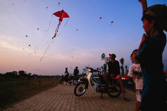 Leveled area of Saigon South , District 7, has become popular weekend kite park (Dong Dieu).