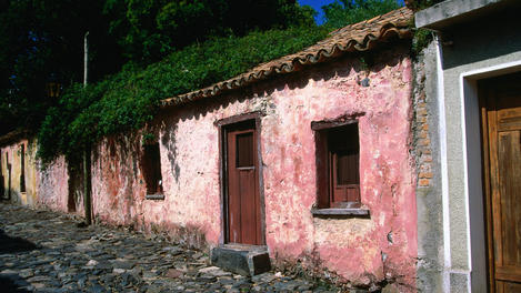 Weathered pink house, Colonia del Sacramento