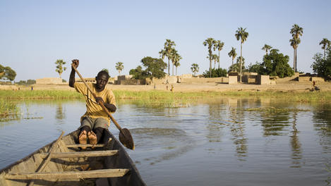 Paddling away from Bozo fishing, Mali