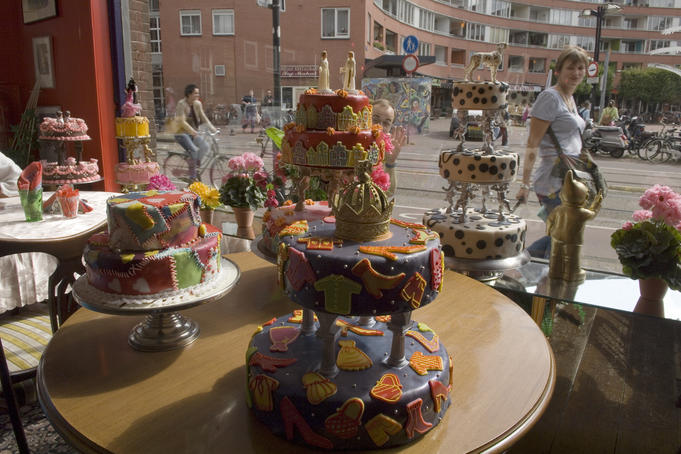 Cakes on display in De Taart van m'n Tante, caf