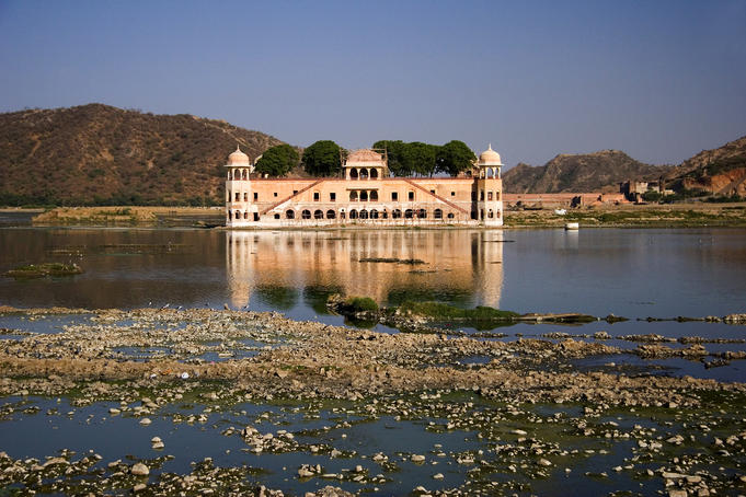 Lake Palace in the middle of Lake Pichola.