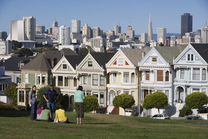 The Painted Ladies victorian houses and city skyline at Alamo Square.