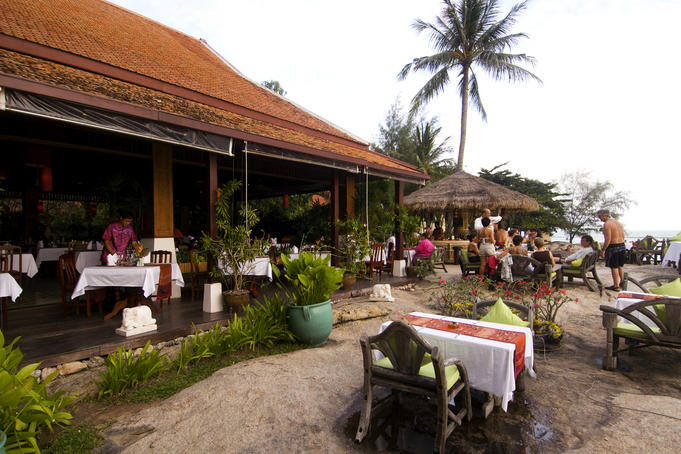 Beachside dining at Rocky's Resort, Hat Lamai.