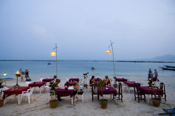 Beachfront dining along Hat Chaweng.