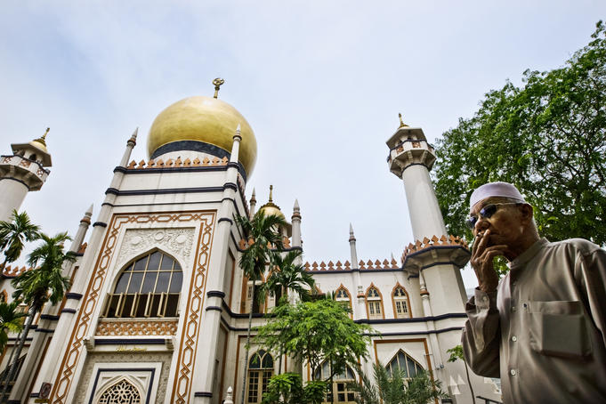 Sultan Mosque on Friday for prayers, Bugis.