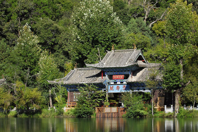 Taoist pavilion at Black Dragon Pool (Heilong Tan).