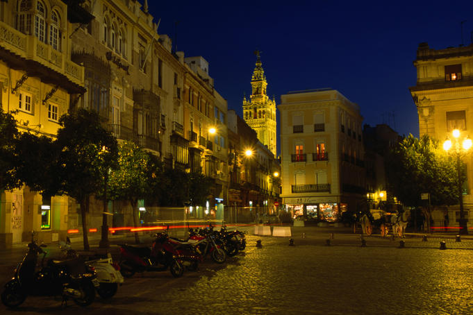 Night view of Plaza De S. Francisco.