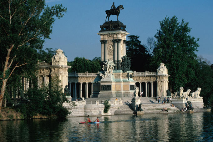 People canoeing past Parque del Retiro.