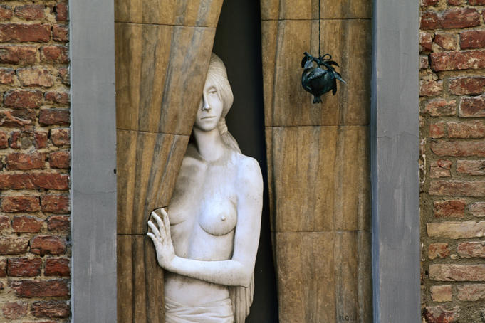 Sculpture in Via dei Rossi.