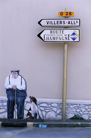 Typical painted wall sign pointing you in the right direction of the next section of the Champagne route.